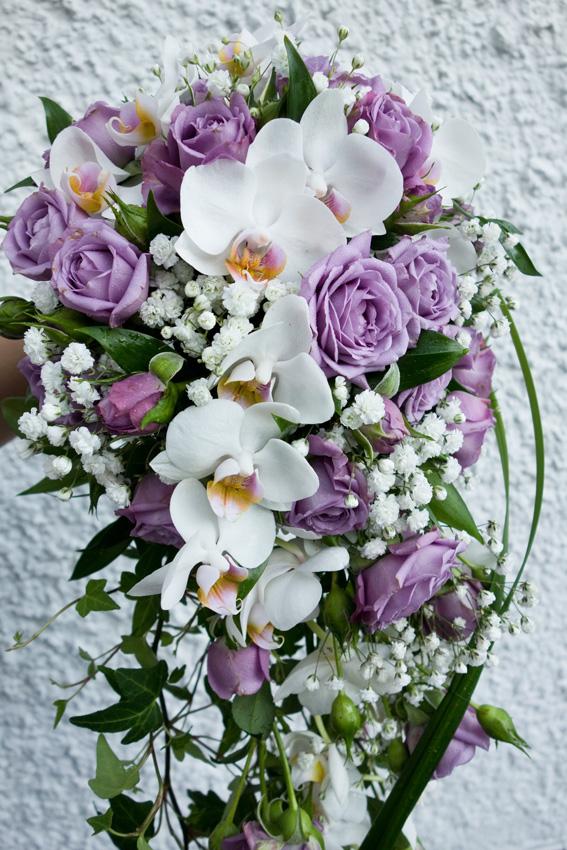 7b864a0316bc Den här droppformade brudbuketten i vitt och lila har jag och en kompis  (Beatrice Fenelius) gjort tillsammans. Vi har använt oss av kvistrosor,  orkidé, ...